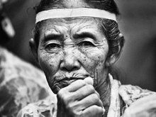 Nenek Berkebaya by Yoga Raharja