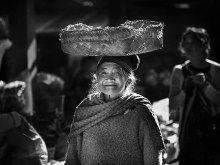 Senyum Nenek Membawa Bakul by Yoga Raharja
