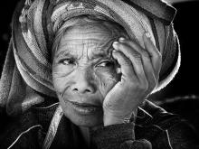 Nenek Di Pasar by Yoga Raharja
